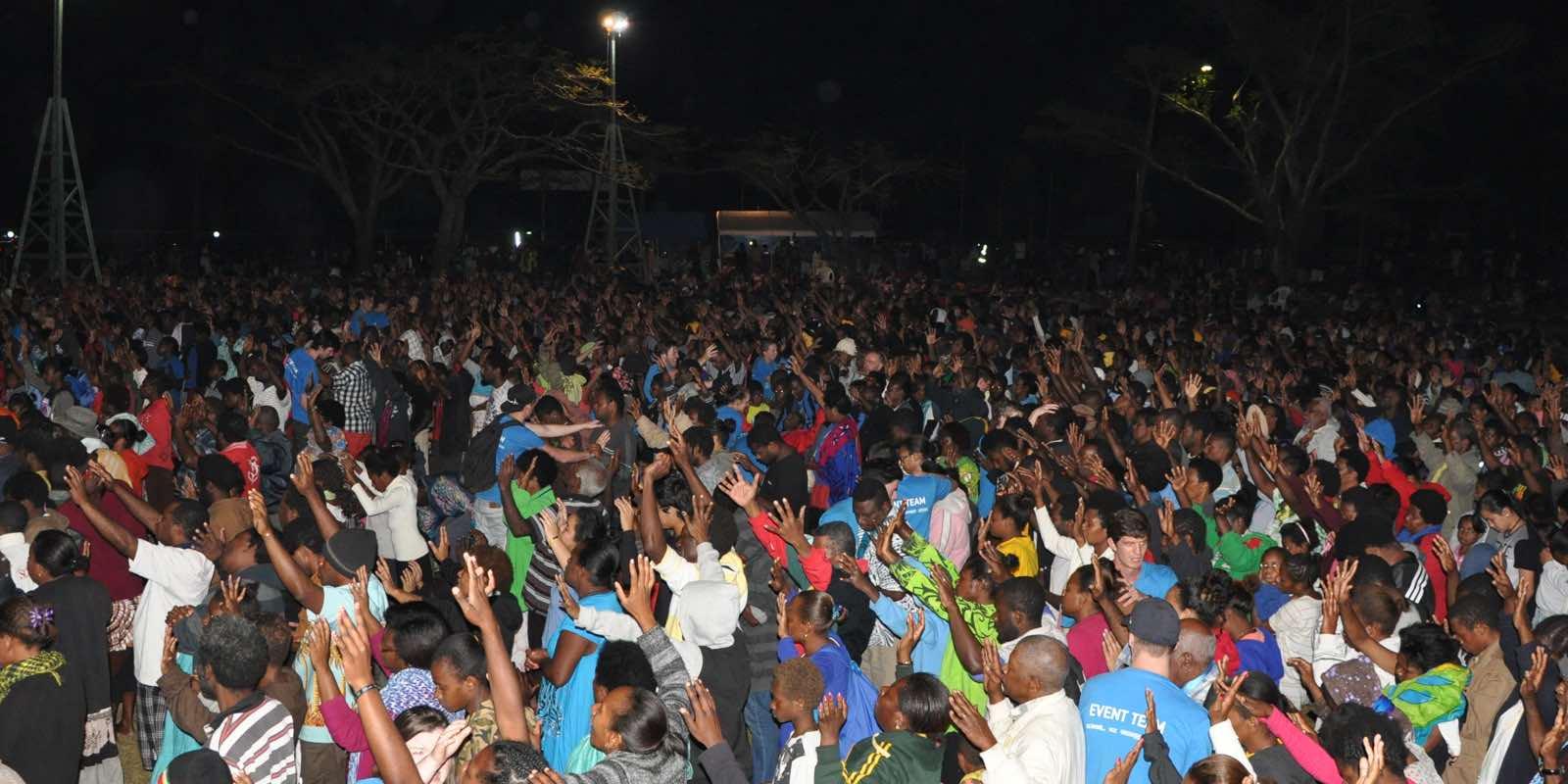 Vanuatu_crowd_worship_meeting